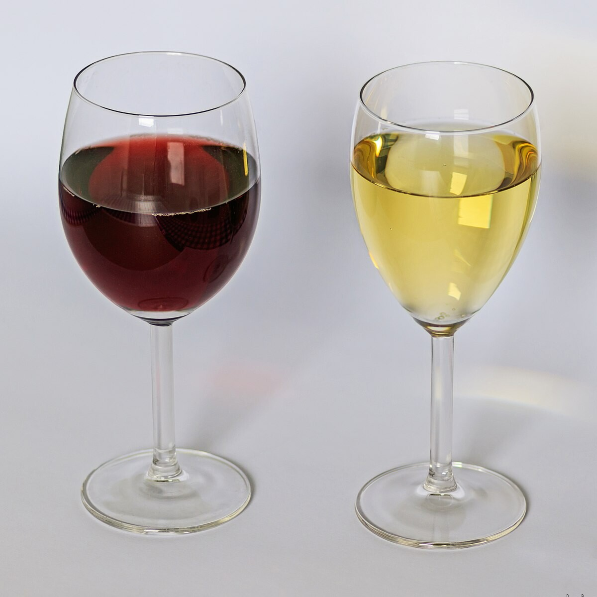 is white wine served cold or room temperature